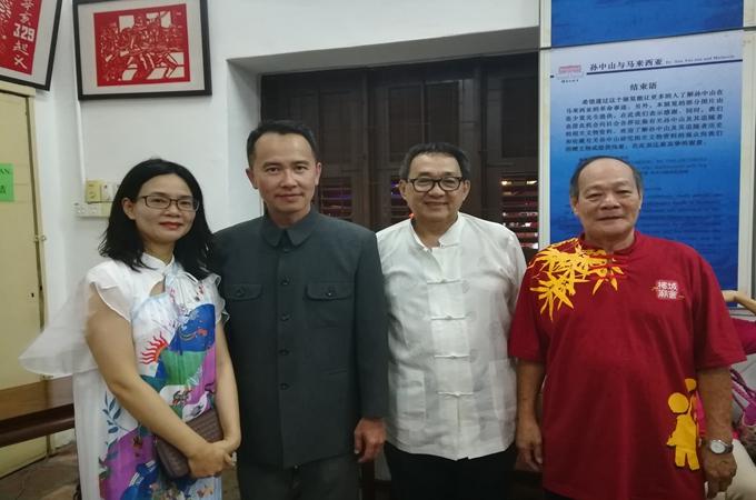 嘉宾参观展览后合影留念(左一为本馆张咏梅副馆长,右二为谭少鸿先生)。