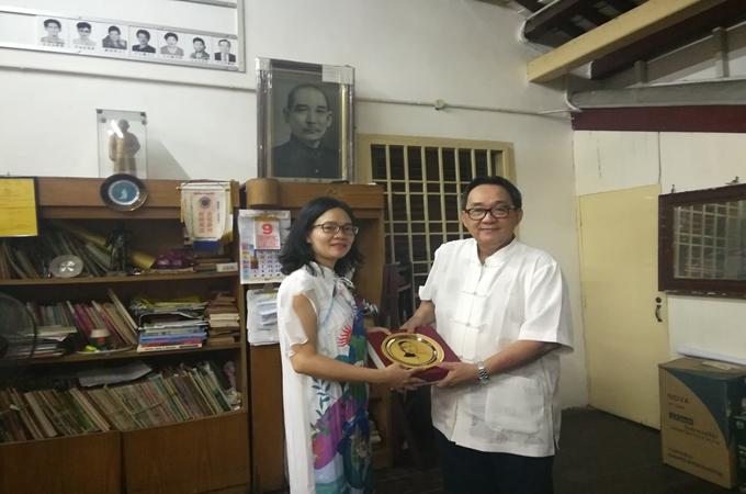张咏梅副馆长代表本馆向槟榔屿中山会馆赠送纪念品。
